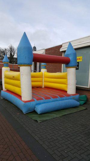 huur een springkussen met kasteel thema in Groningen